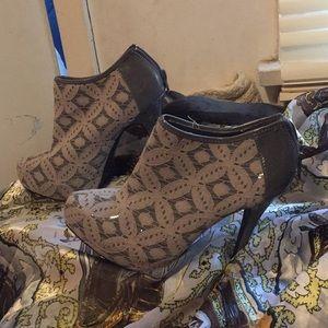 Grey detailed boot heels